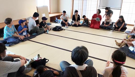 畳の部屋で哲学対話をする子供たち